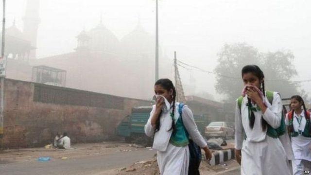 પ્રદૂષણમાં જઈ રહેલા વિદ્યાર્થિનીઓનની તસવીર