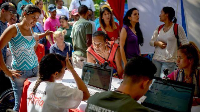 Personas registrándose en un punto rojo.