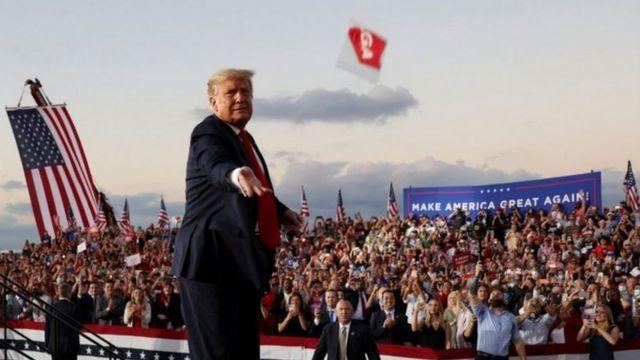 Perezida Trump yajugunyiye udupfukamunwa imbaga y'abamukurikiye - bacye muri bo ni bo bari bambaye agapfukamunwa