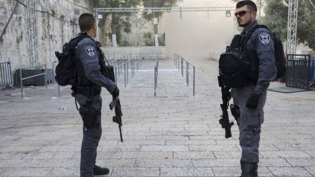 اثنان من أفراد الشرطة الإسرائيلية المنتشرين في منطقة المدخل إلى الحرم الشريف.