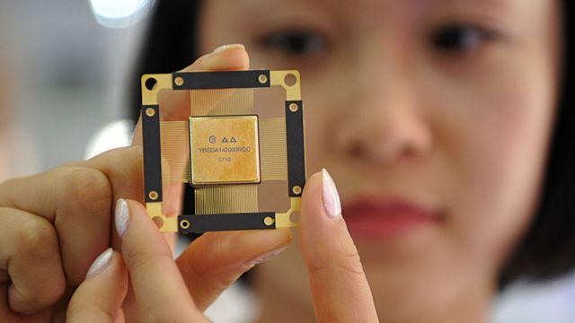 Femme tenant une puce d'ordinateur 5G
