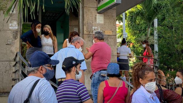 Cola en La Habana.