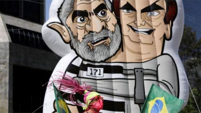 Boneco com imagens de Lula e Bolsonaro em protesto na Avenida Paulista no 12 de setembro