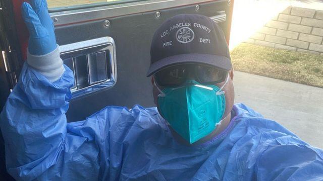 Humberto Agurcia vestido con el traje médico protector contra el covid-19.