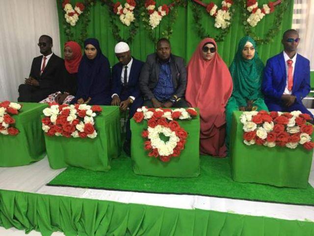 Cinq couples avec des non-voyants assis les uns à côté des autres