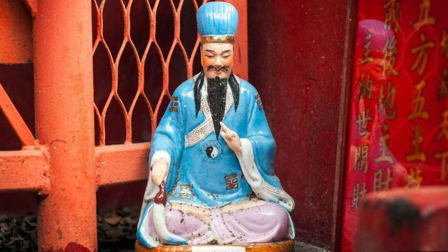 وونغ تاي سين إله طاوي صيني مشهور في هونغ كونغ يعتقد أنه يمتلك قدرة الشفاء Bushton3/Getty Images