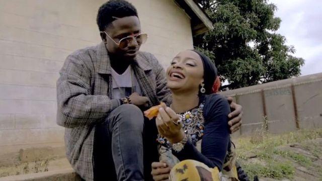 नाइजीरिया की अभिनेत्री रहमा सदाउ पॉप स्टार क्लासिक के साथ एक म्यूजिक वीडियो में