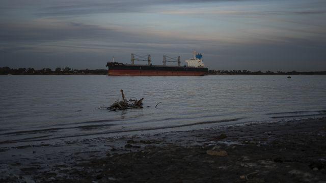 Un barco que carga granos en Rosario