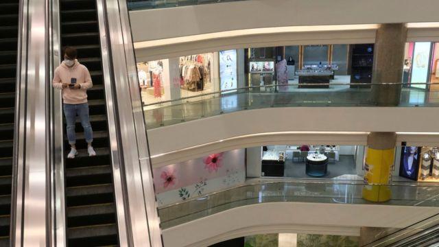 香港銅鑼灣時代廣場內一名男子搭扶手電梯在空無一人的購物商場內走動(21/2/2020)