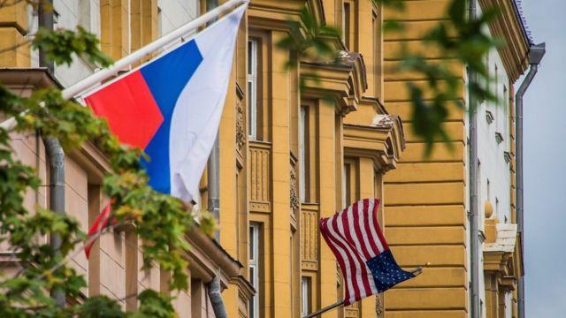 Una bandera rusa ondea cerca del edificio de la embajada de Estados Unidos en Moscú.