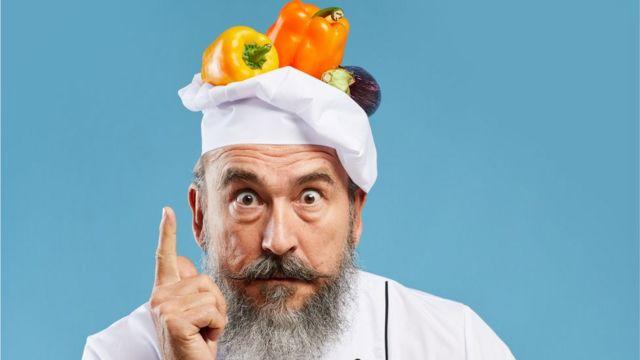 Chef com legumes na cabeça