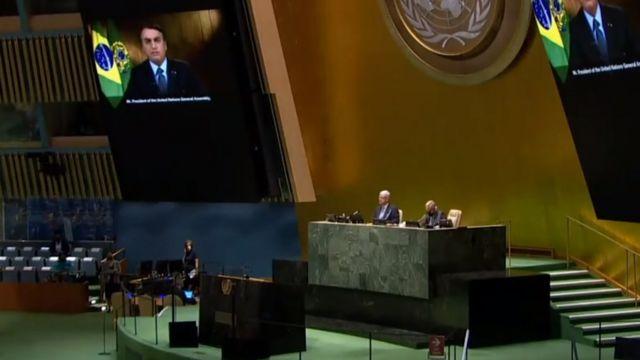 Assembleia da ONU com discurso do Bolsonaro no telão