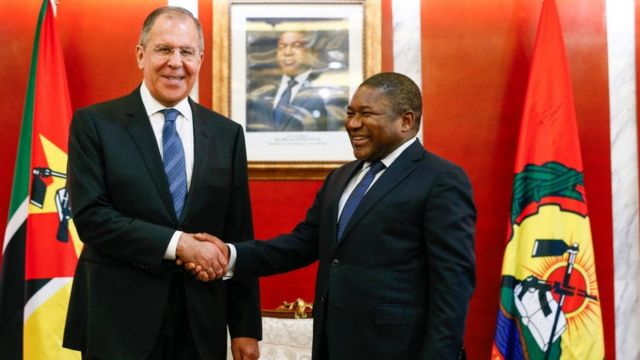 El ministro de Relaciones Exteriores de Rusia, Sergei Lavrov (izq.), con el presidente de Mozambique, Filipe Nyusi, en marzo de 2018