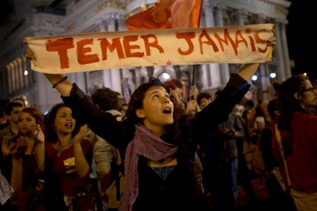 Mulher em protesto contra Temer