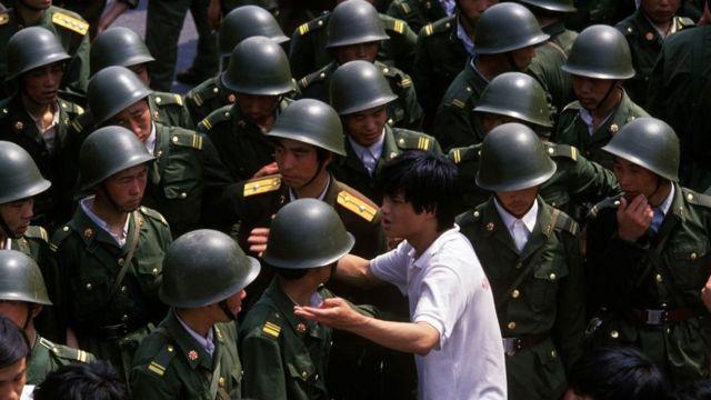 Un manifestante enfrenta a soldados chinos en la Plaza de Tiananmen, 3 de junio de 1989