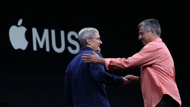 Eddy Cue (dcha) saludando al CEO de Apple, Tim Cook, durante una conferencia en San Francisco, California.