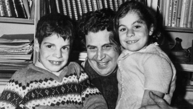Mikis Theodorakis con sus hijos, en 1968.