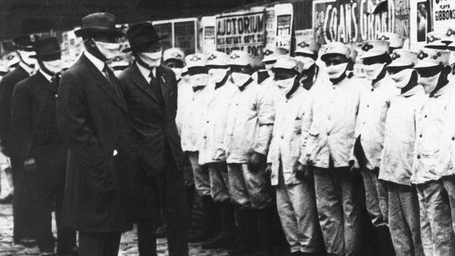 Trabajadores del aseo en Illinois, EE.UU., con mascarillas durante la epidemia de influenza en 1918
