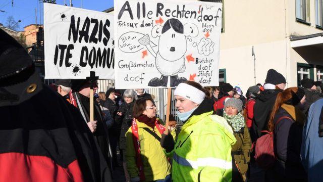 Плакаты на демонстрации против правых сил