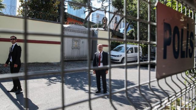 Security personnel stand outside the Saudi consulate in Istanbul (2 October 2019)