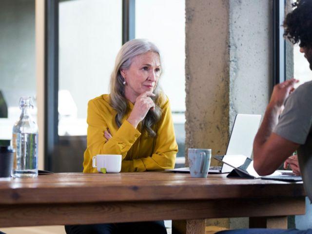 Une femme à l'écoute 8 conseils d'un expert qui vous aideront à oser changer de carrière (et comment votre âge l'influence) -  116489856 v 1 - 8 conseils d'un expert qui vous aideront à oser changer de carrière (et comment votre âge l'influence)