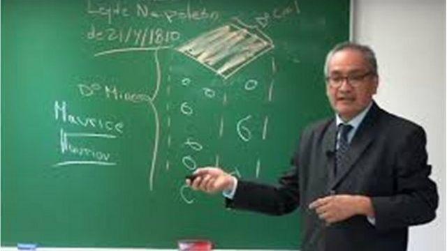 El profesor Juan Francisco Baldeón en una clase