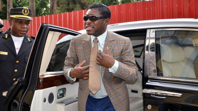 Une photo prise le 25 juin 2013 montre Teodorin Nguema Obiang (R), fils du président de la Guinée équatoriale Teodoro Obiang et vice-président du pays chargé de la sécurité et de la défense, arrivant à la Cathédrale de Malabo pour célébrer son 41e anniversaire.