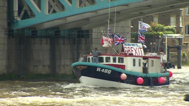 離脱派の船がタワー橋下を通過