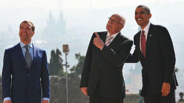 Barack Obama pose pour une photo avec son homologue tchèque Vaclav Klaus (C) et le président russe Dmitri Medvedev au Château de Prague le 8 avril 2010