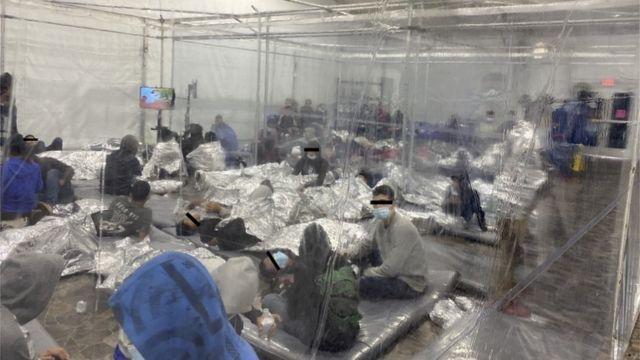 3月,滞留在得克萨斯州一处设施内的无证移民,其中包含很多儿童。(photo:BBC)