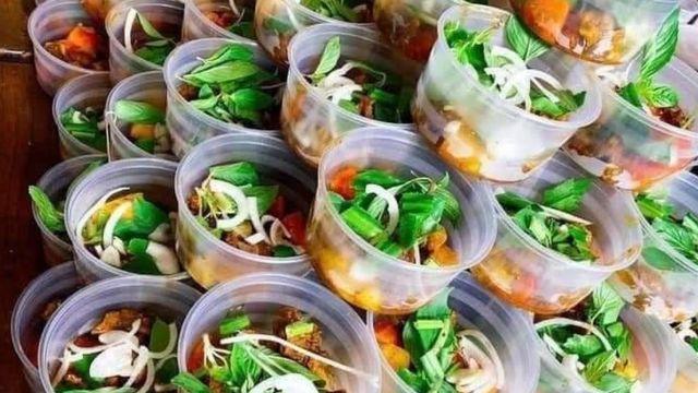 Những phần đồ ăn miễn phí được phát cho những ai cần trong khu vực phong tỏa