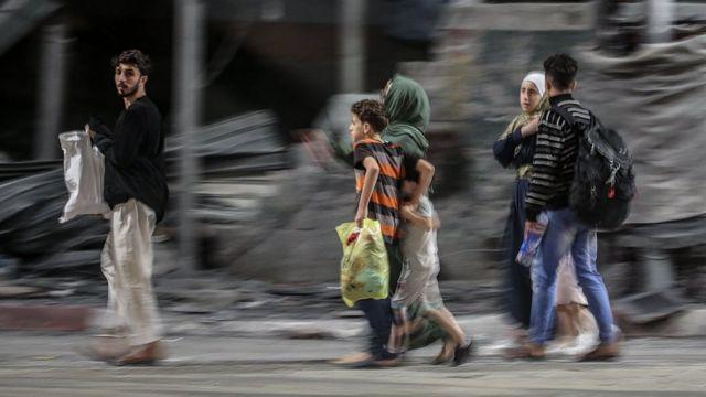 Палестинцы, живущие около границы, покидают свои дома