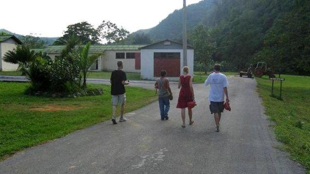 Том пригласил автора статьи и ее мужа посетить табачную плантацию, где он работал