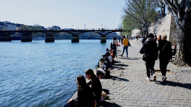 Personas pasean por la rivera del río Sena en París el 2 de abril.