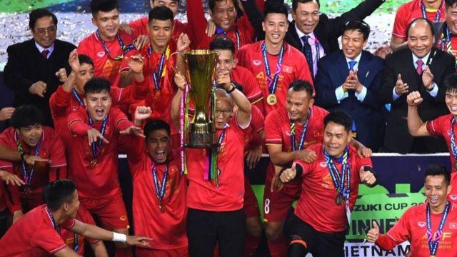 Thủ tướng Phúc chụp hình cùng đội Việt Nam sau khi vô địch AFF Suzuki Cup 2018 vào 15/12/2018.