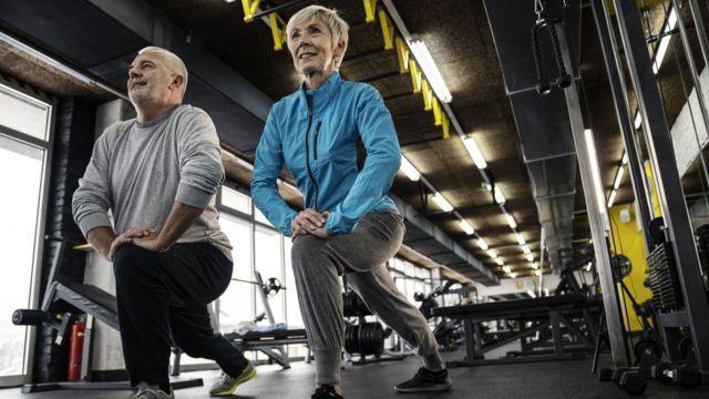 Gente mayor haciendo ejercicio.