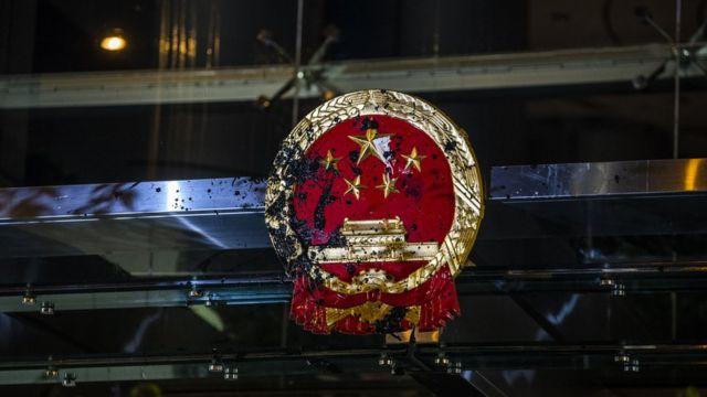 示威者弄污国徽触发中联办及香港政府强烈谴责。