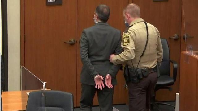 El expolicía Derek Chauvin es trasladado esposado después de conocerse el veredicto en su contra.