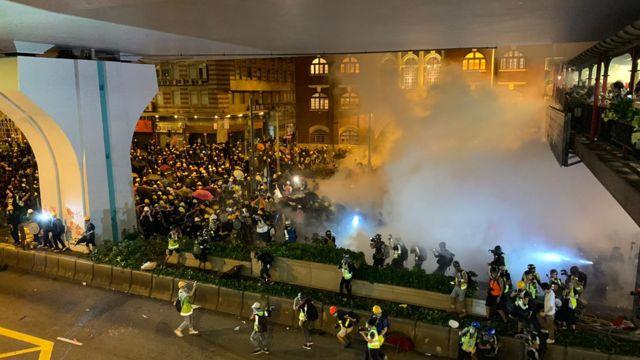 警方发射多枚催泪弹后,发出橙旗警告,要求示威者离开否则开枪。