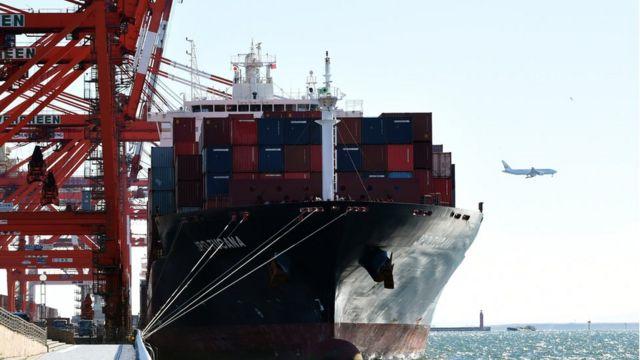 日本の港に停泊する貨物船