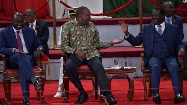 William Ruto (ibumoso) mu gihe Uhuru Kenyatta (hagati) ari guseka na Odinga mu kwa 11/2019