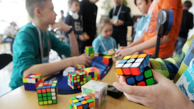Niños con cubos de Rubik