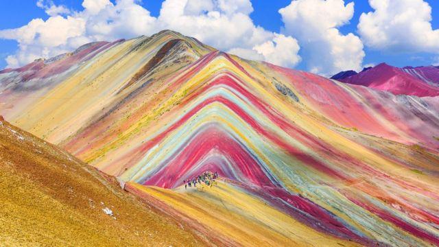 Vinicunca: cómo se explica la belleza de la montaña de los siete colores que atrae a miles de turistas en Perú - BBC News Mundo