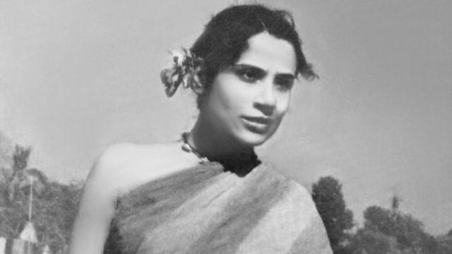 জাগো হুয়া সাভেরা ছবিতে তৃপ্তি মিত্র। তিনি ছিলেন ভারতে মঞ্চনাটকের এক খ্যাতিমান অভিনেত্রী।