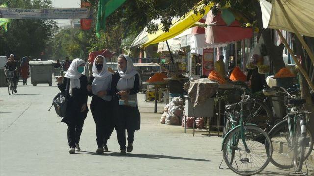 Mulheres caminham em Cabul em 15 de agosto