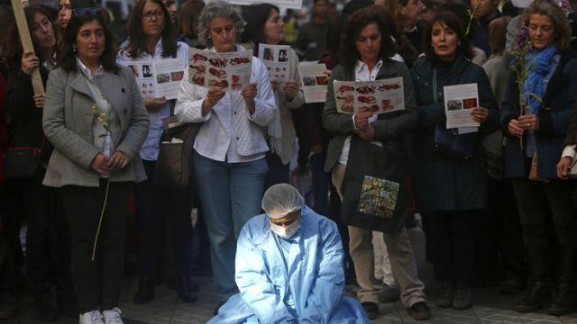 Opositores a la decisión del Tribunal Constitucional se manifiestan en Santiago.