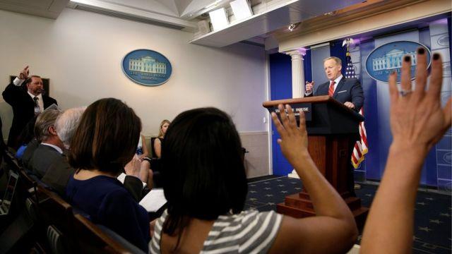 Periodistas levantan la mano para hacerle preguntas a Sean Spicer durante conferencia de prensa.