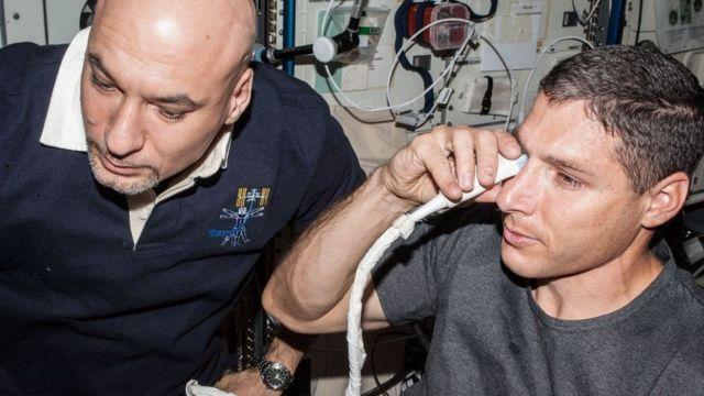 رائدا الفضاء لوكا بارميتانو ومايكل هوبكنز