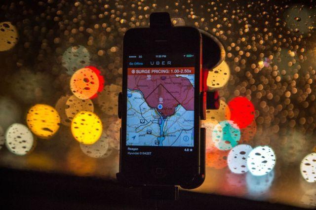 La aplicación del conductor de Uber en el parabrisas de un automóvil, que muestra el aumento de precios está vigente en Washington DC