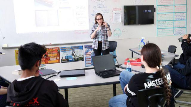Sara Nović com alunos da Rocky Mountain Deaf School